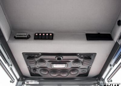 Kabina-Kubota-L1501-NAGLAK-wnetrze-panel-nagrzewnicy-gniazdo-bezpiecznikow-przelaczniki-schowek